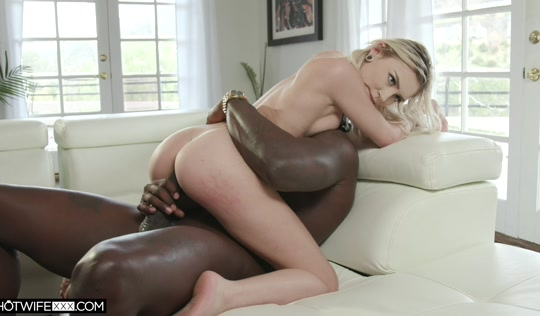 Блондинка молодая изменила мужу с наглым хитрым  негром.