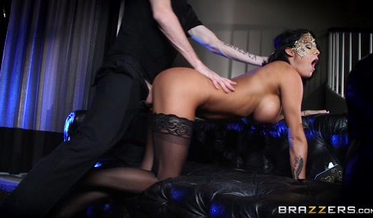 Brazzers - Загорелая бабенка в чулках оргазмирует в конце измены