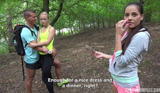 Свингеры поменялись партнерами для группового секса в лесу