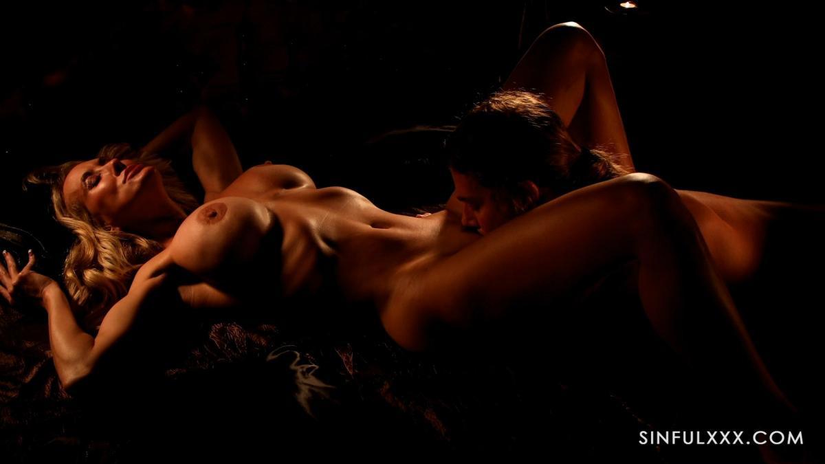 Зрелая жена изменяет красиво мужу с загорелой лесбиянкой в кровати