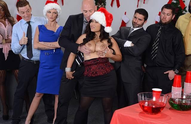 Красотки на новогоднем корпоративе изменяют мужьям с холостыми коллегами