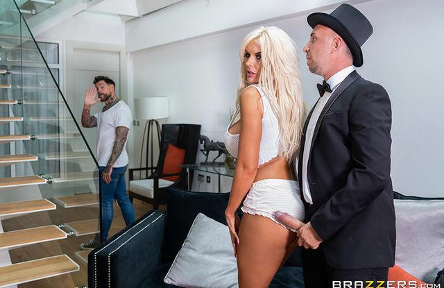 Brazzers - Блондинка изменяет мужу с фокусником и стонет от огромного члена