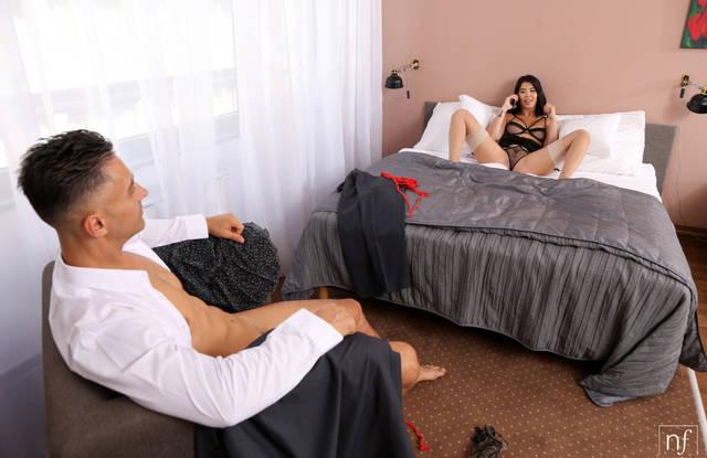 Брюнетка в чулках ублажает член своего любовника