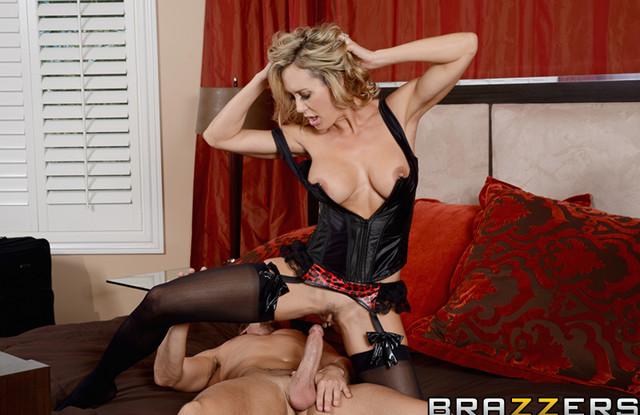 Замужняя милфа работает в борделе и торгует телом в тайне от мужа