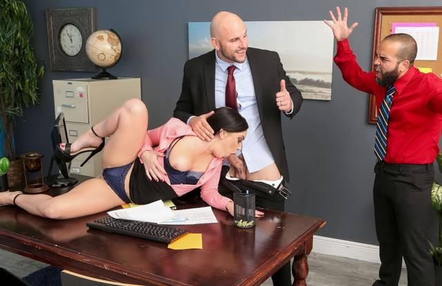 Секретарша сделала минет начальнику и трахнулась с ним на полу
