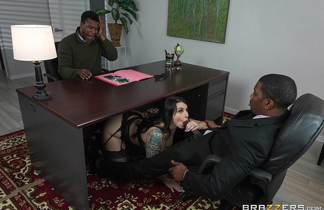 Жена изменила мужу с его начальником негром