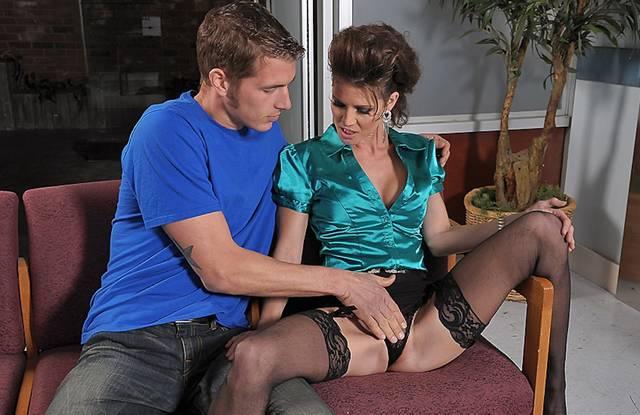 Жена в чулках изменяет мужу прямо в его офисе