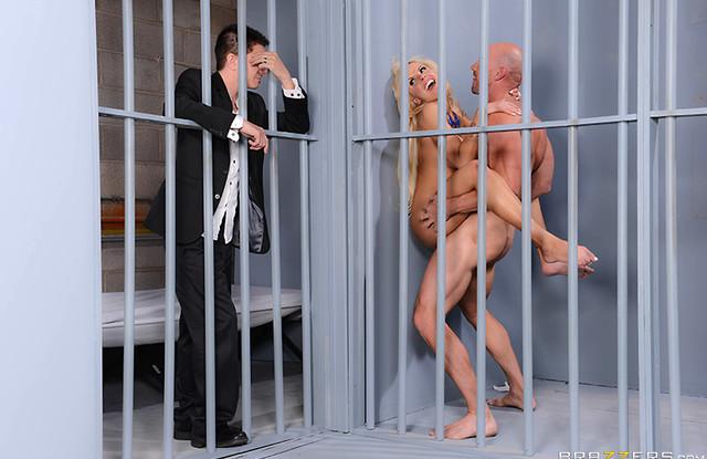 Жена изменяет мужу с зеком, прямо в тюремной камере