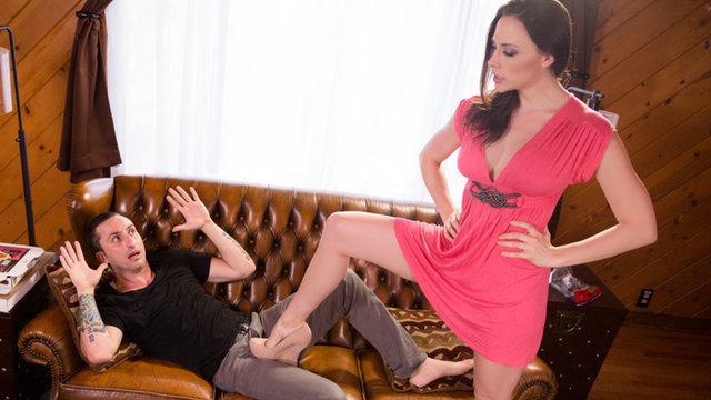 Фетишистка доминирует над любовником и получает трах по самые шары