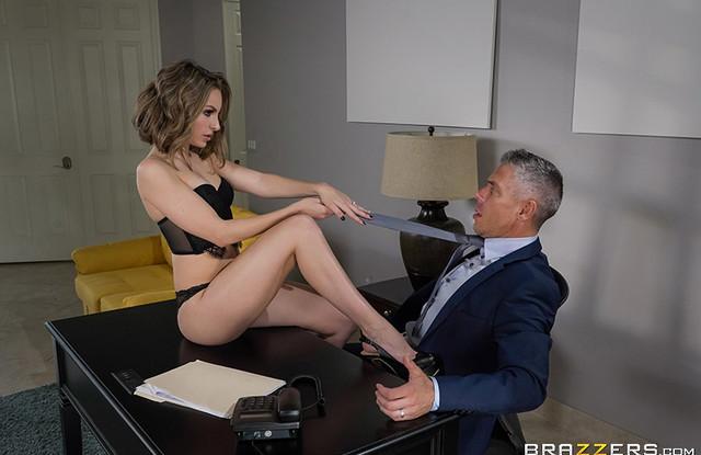 Жена изменяет мужу с боссом ради получения премии