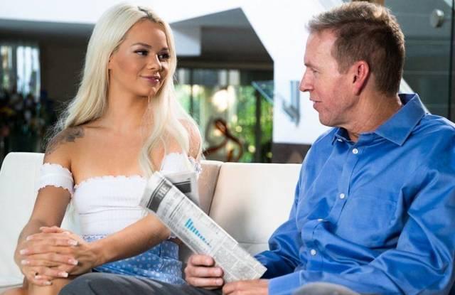 Молодая любовница ублажает женатика роскошным массажем и сексом