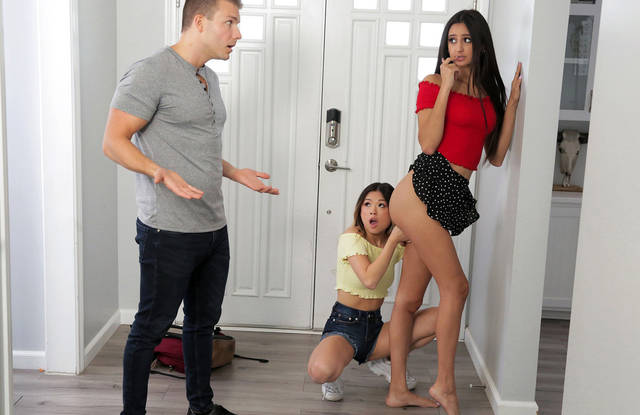 Парню повезло и он трахнул свою сестру на пару с новой девушкой