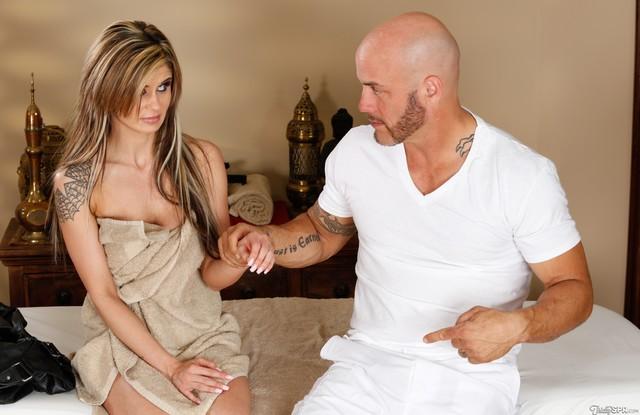 Красотка согласилась наставить мужу рога с персональным массажистом