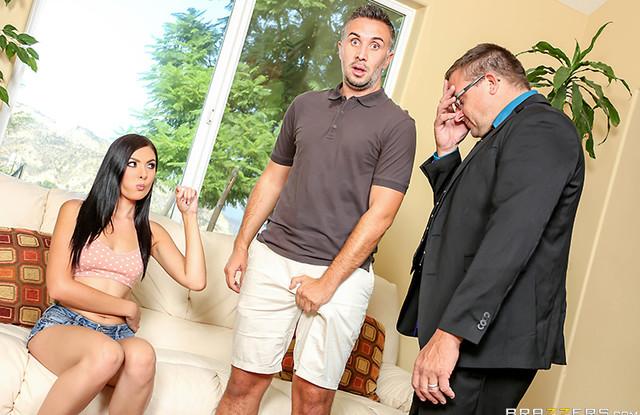 Брюнетка на измене дает в попу начальнику мужа и пищит от боли