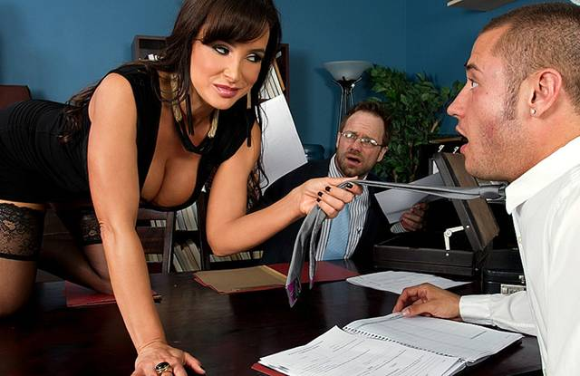 Brazzers - Босс в офисе видит, как жена изменяет ему с замом и кончает